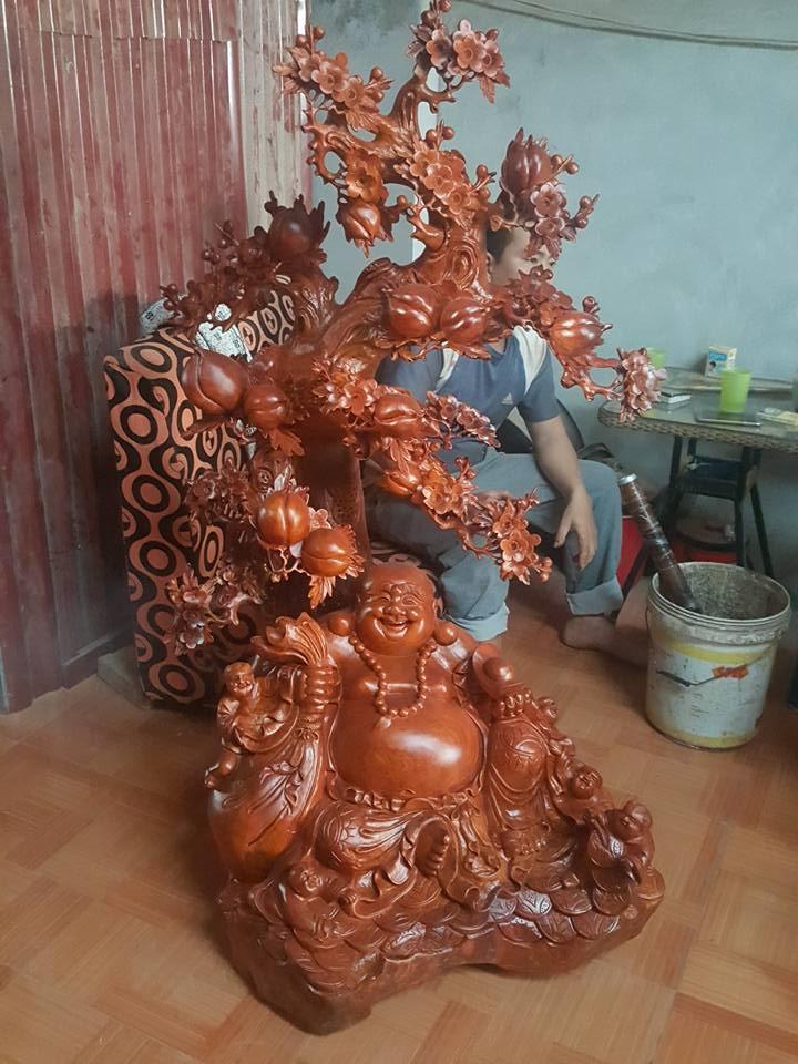 Tượng Di Lặc ngồi gốc đào gỗ hương 150x75x66cm
