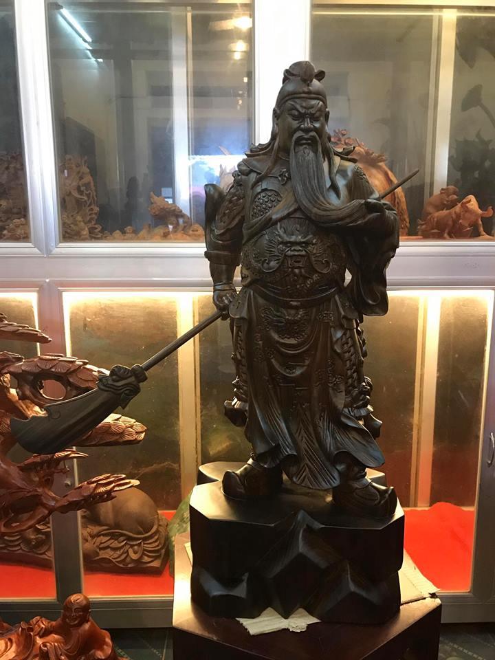 Tượng Quan Công xách đao gỗ mun hoa 80x31x21cm