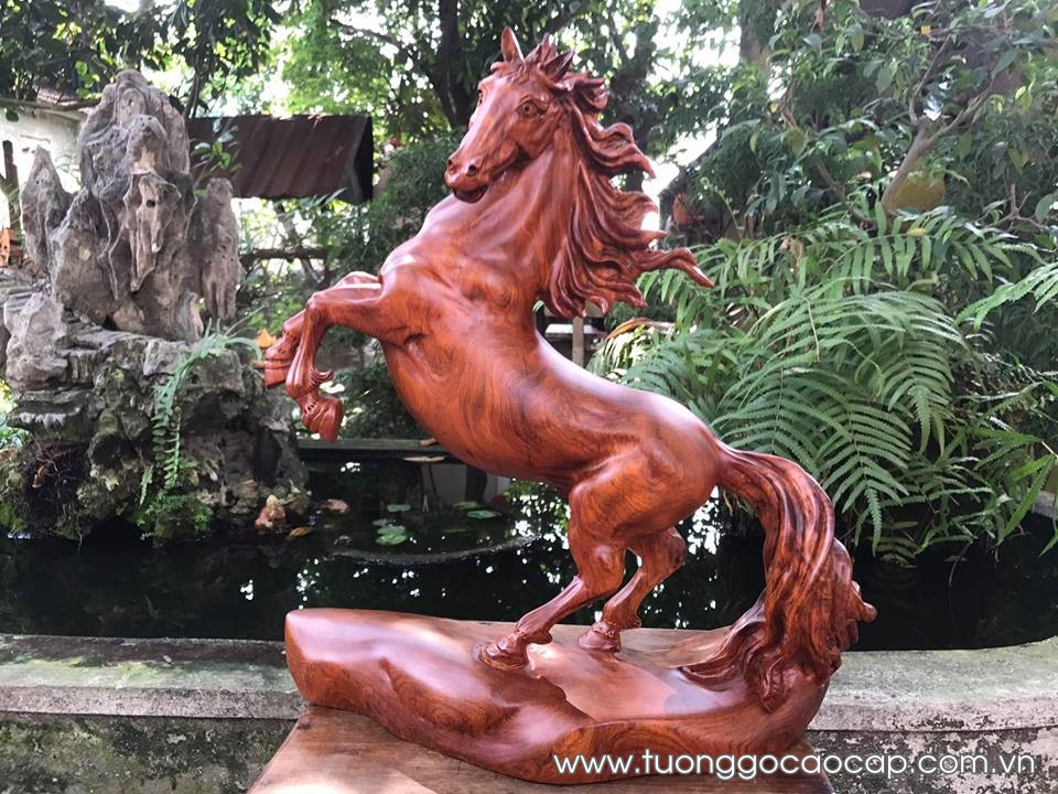 Ngựa truy phong gỗ hương liền khối 38x36x15cm