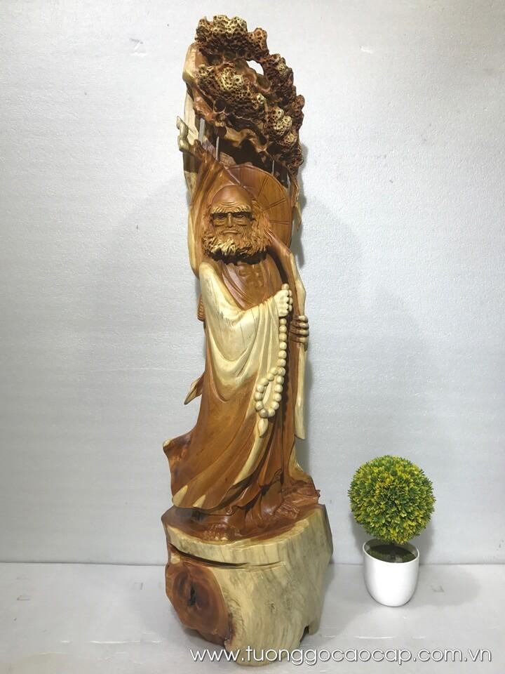 Tượng Đạt Ma đứng gốc tùng 95x26x26cm