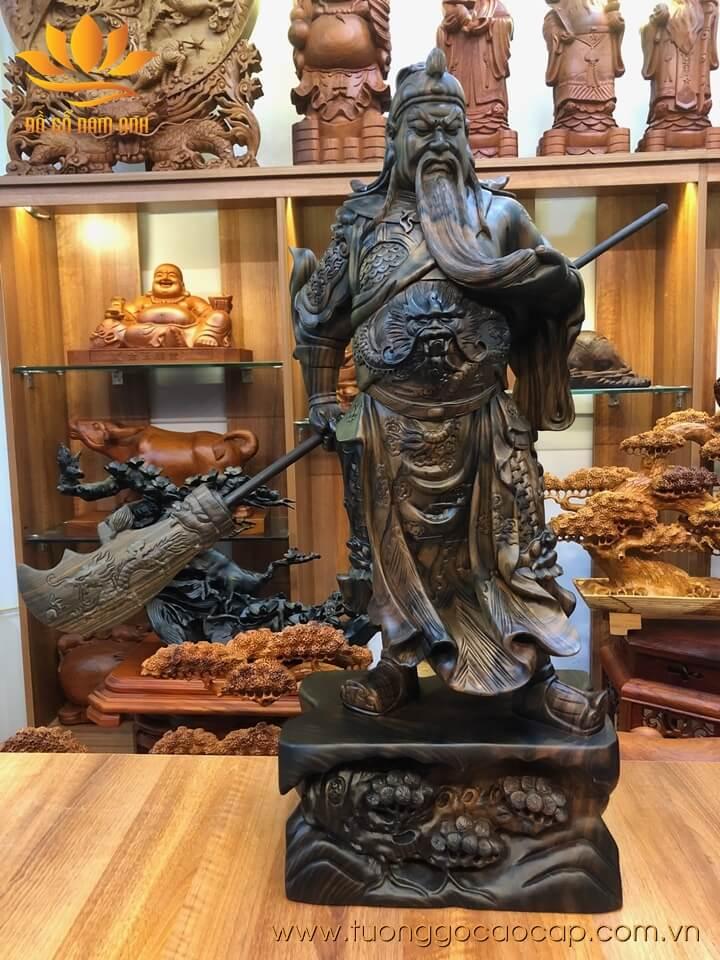 Tượng Quan Công xách đao gỗ mun hoa liền khối 80x32x20cm