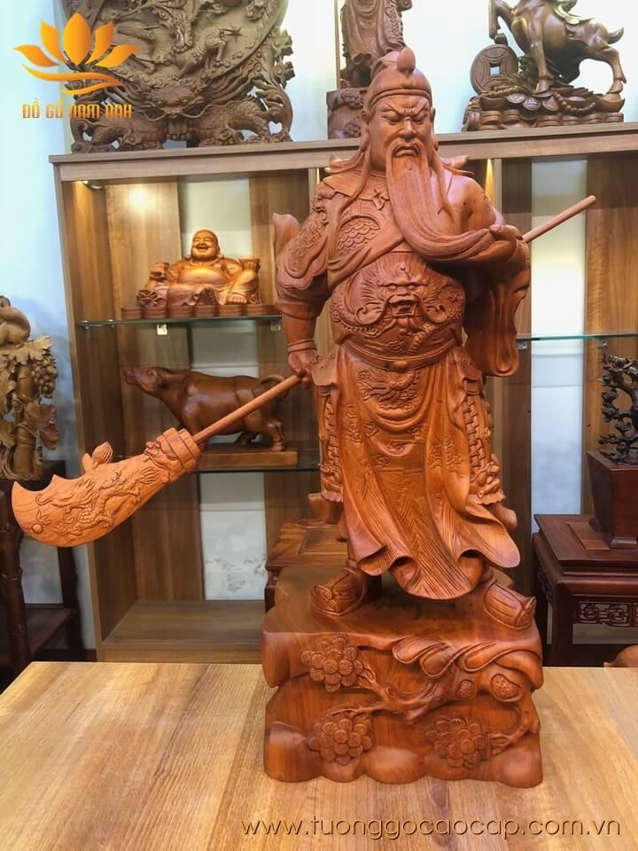 Tượng Quan Công xách đao gỗ hương liền khối 80x31x22cm