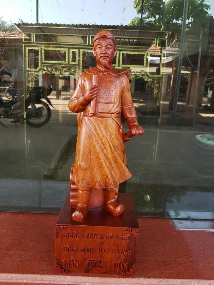 Tượng Trần Quốc Tuấn gỗ hương 60x20x18cm